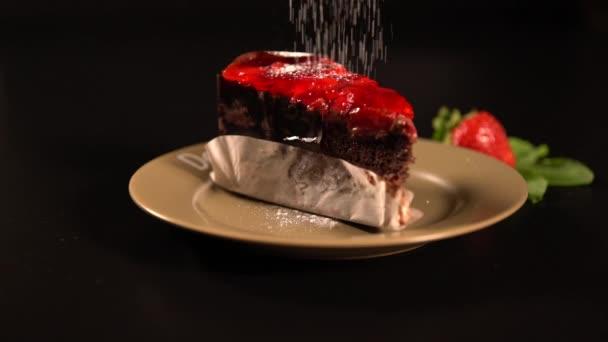 Moučkový cukr se pokapané na kousek dortu