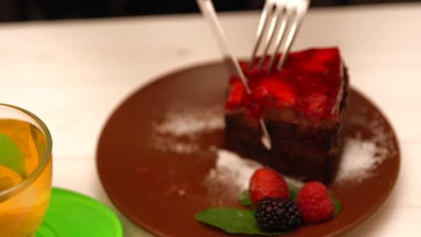 Svěží citron čaj podávaný s čokoládový dort
