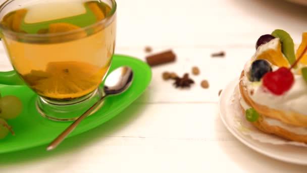 Šálek čaje podávané s hrozny a ovocný koláč