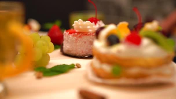 Různé čerstvé smetany a ovoce pečivo