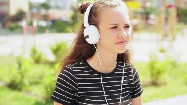 Zpomalený pohyb mladého teenagera, poslechu hudby