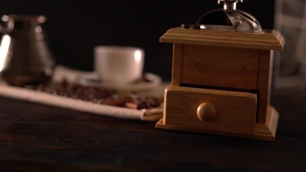 Mlýnek na kávu s bílými pohár a stříbrné pot