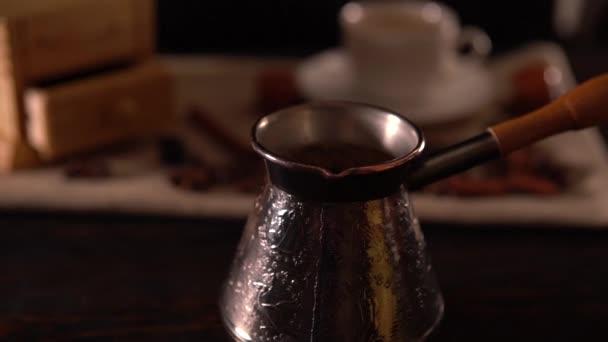 Dönthető le egy vésett ezüst kávéskanna látképe