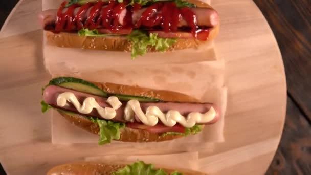 Rotující pohled různé hot dogy
