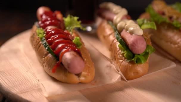 Tři hot dogy s rozmanité dresinky