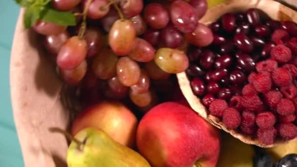 Kosár tele válogatott friss gyümölccsel