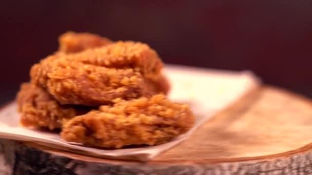 Rántott, sült csirke szárnyak a rulírozó fa