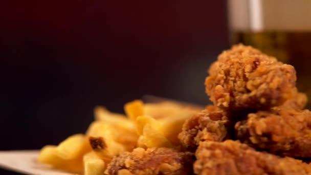 Sült csirke szárny, sült krumpli és a sör