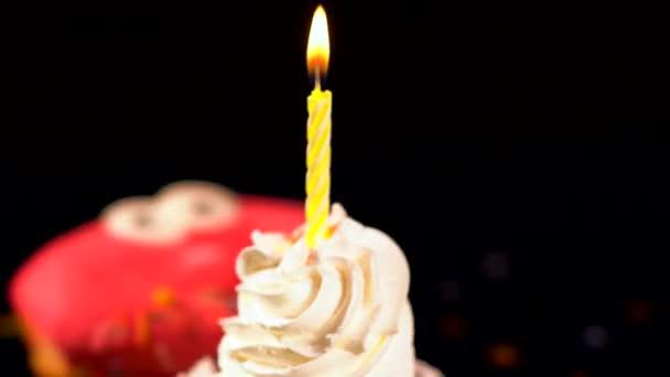 Filatura compleanno candela burning su una torta di Coppa