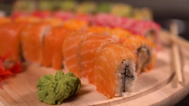 Holzbrett mit einer Vielzahl von frischen Sushi Rollen