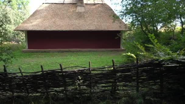 Rustikální ve venkovské chalupě s tkanými dřevěný plot