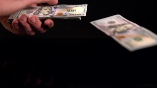 Osoba, posuvné bankovky z balík v ruce