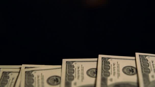 Schwenken einer Schicht von 100-Dollar-Scheinen zurück