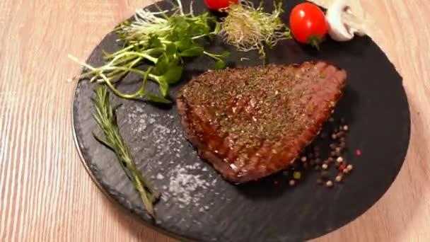 Grilovaný hovězí biftek a po stranách na karuselu