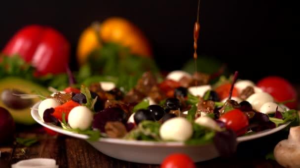 Kuchař mrholení obvaz na gurmán míchaný salát