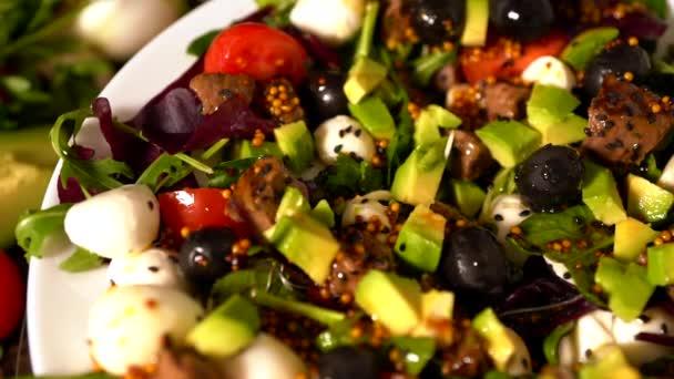 Posouvání přes talíř čerstvým salátem