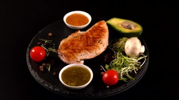 Grilovaná kuřecí prsa, avokádo a salát strany