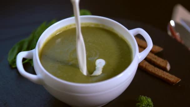 Šéfkuchař s brokolicí polévku se smetanou