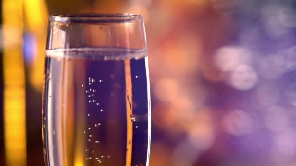 Sklenice šumivého zlatého šampaňského