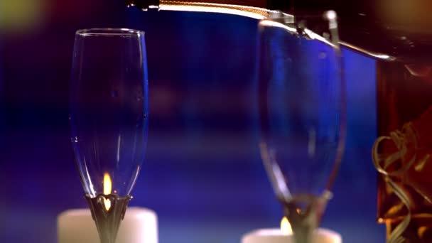 zwei elegante Champagnerflöten bei Kerzenschein