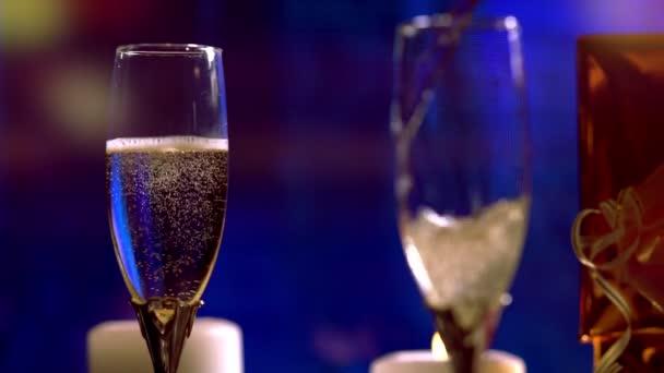 Nalévání romantických sklenic šumivého šampaňského