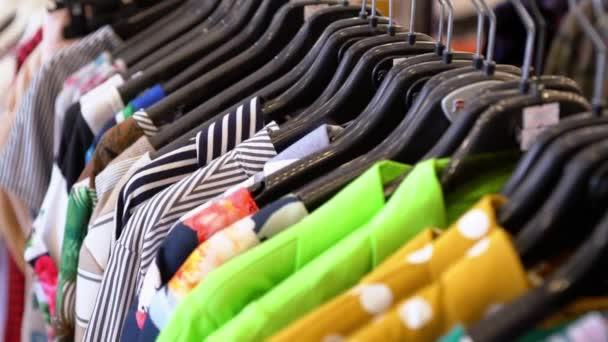 Stěhování po řadě barevných módních oděvů