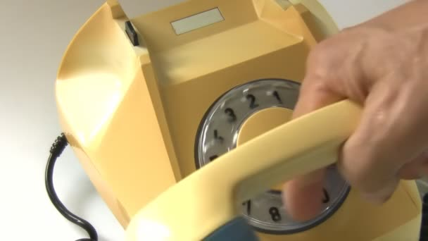 Detailní záběr Staré věku rotační telefonu. Ruční vyzvedávání přijímač nebo sluchátko a vytáčení americký nouzové telefonní číslo 911 policie, sanitka a oheň, Amerika, Usa, Kanada, Jižní Amerika
