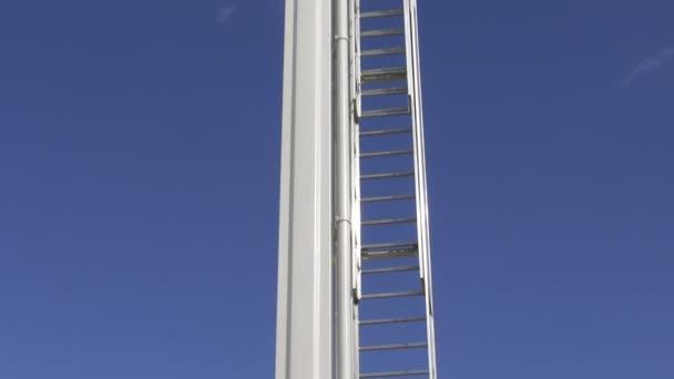 Hasiči Teleskopická vysunovací žebřík proti modré obloze