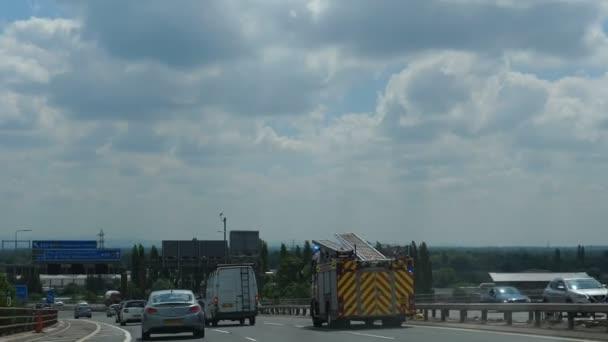 Manchester, Anglie, Velká Británie - září, 2018: Auto čelní pohled na dálnice M60, městského okruhu. Fire truck motor a sanitky spěchají s blikající nouzová světla. Kapesní shot