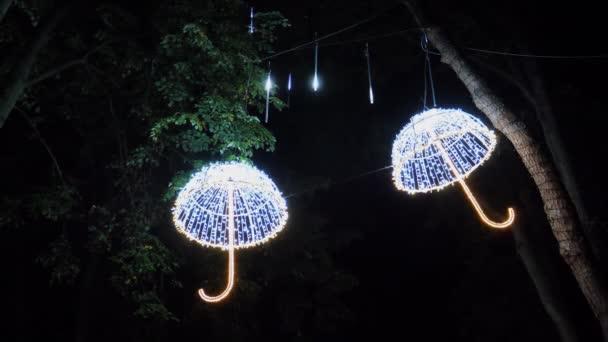 Illuminazione del parco notte chiuda effettuata luce gocce pioggia