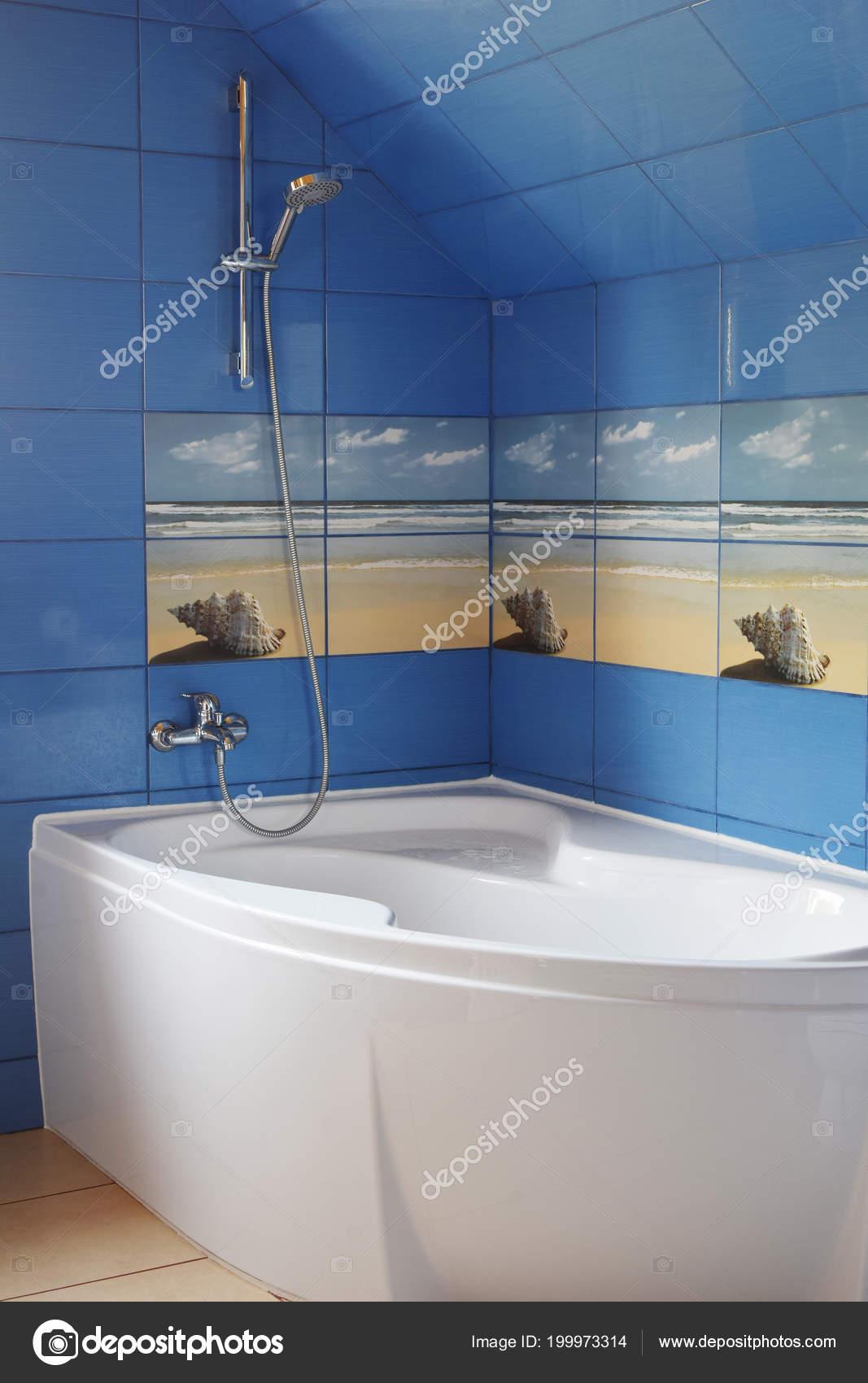 El Bano Azul.Azulejo Azul Moderno Cuarto Bano Con Bano Blanco Suelo