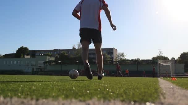 játékos egy futball-labda pattogó a fejét
