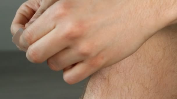 Muž lepidla sádra na rozbité koleno