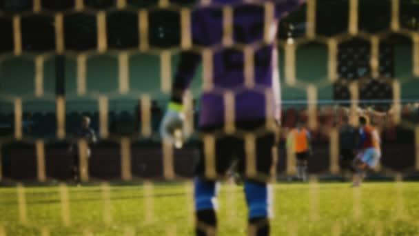 Fotbal, hráči běží s míčem, rozmazané