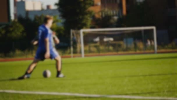 Játékosok megpróbálják elvenni a golyó a lassú mozgás, homályos