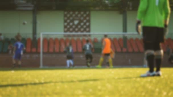 Brankář ukládá cíl, fotbal hráče útoky, rozmazané, amatérské hře na stadionu v pomalém pohybu