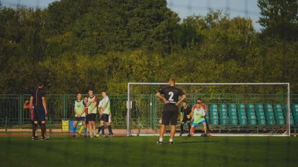 Bobruisk, Bělorusko - 9 srpna 2017: nedefinovaný fotbalový gól během fotbalového mistrovství mezi amatérské týmy
