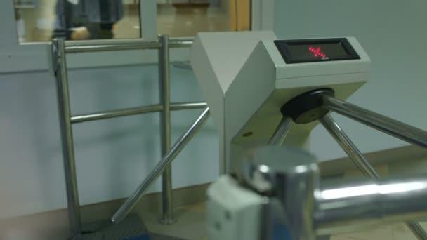 Lidé projít elektronické turniket s plastovou kartou v kanceláři