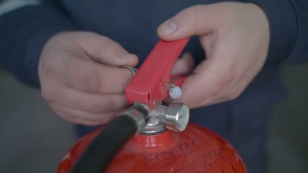 Instruktor učí používat hasicí, zblízka