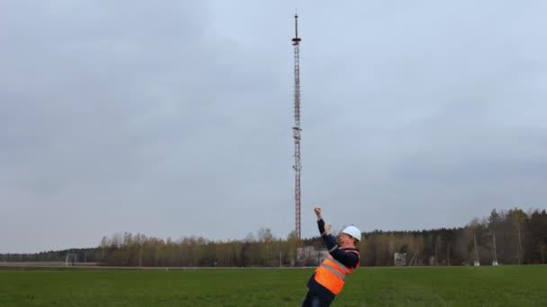 Der Chef des Arbeitsinspektors jubelt vor dem Hintergrund des Telefonturms, er tanzt