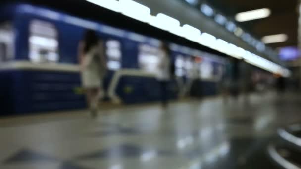 Lidé čekají na vlak na stanici metra a nástup kočárky