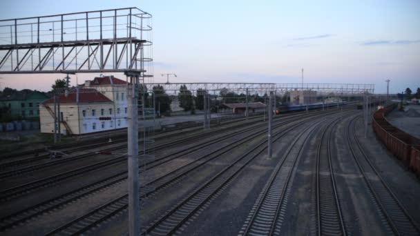Osobní vlak jezdí na stanice, pohled shora