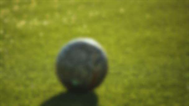 Spielerfuß tritt den Ball, für Hintergrund unscharf