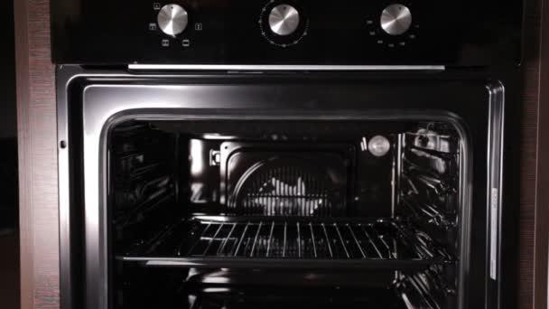 Černý stylový a moderní plynový sporák s konvekcí, detail, domácí