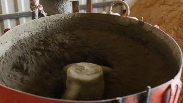 Míchačka na beton pro přípravu výroby segmentální dlaždice na povrchu vozovky. Není automatizovaná úloha