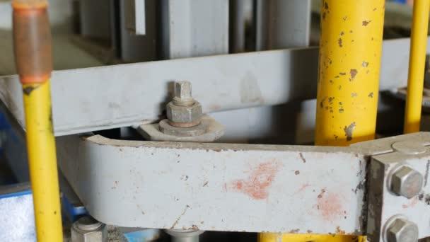 Výrobní proces, betonové vozovky v podobě cihel. Těsnění hmotnost písku a cementu v matici po dosažení určité hustoty dlaždice