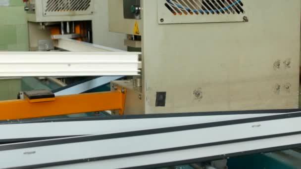 Výroba a výroba pvc okna, pvc, okenního rámu se nachází v zařízení pro pájení rohy pvc profilu, detail, pájení, automatická