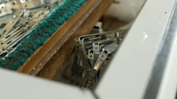 Výroba pvc oken na tabulky lež šrouby a závěsy pro plastová okna, výroba rámů a oken z plastových profilů, detail