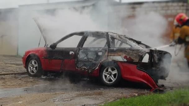 Hasiči nebo hasičům uhasit hořící automobil po samovznícení