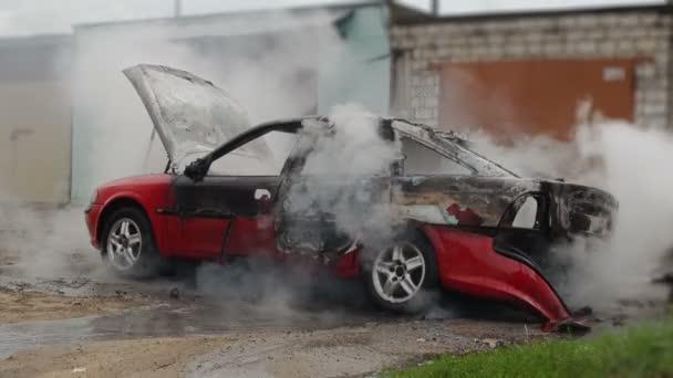 Hasiči s hadicí uhasit spálené osobní auto, není pojištění vozidel